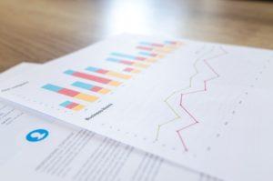 Słupki analityki internetowej na papierze