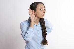 Jak pisać teksty pod sprzedaż - słuchajaća kobieta