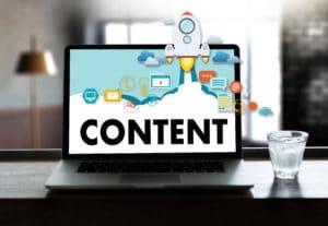 Jak pisać teksty, które sprzedają - content na laptopie